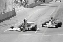 Parnelli VPJ4/2 F1 Mario Andretti leads Mass (McLaren) 1976 Long Beach GP action photo